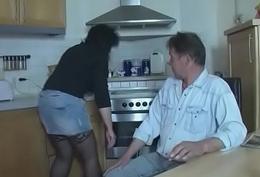 Anstatt Essen zu kochen kann sie am Schwanz lutschen - Amateur