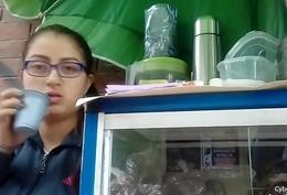 Vendedora de cafe mirando bulto