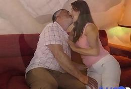 Ce couple libertin baise dans le canap&eacute_ de la belle-m&egrave_re ! French Illico Porno
