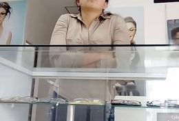 Vendedora mirando bulto 2
