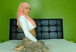 Hijabi webcam model twerking her beautiful arse at www.xchatster.com